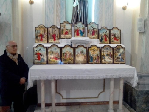 """Mercurio accanto alle """"sue icone"""" raffiguranti la Passione di Cristo"""
