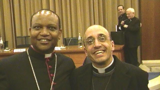 Monsignor Anthony Muheria (a sx), vescovo del Kenia, con don Roberto Corapi