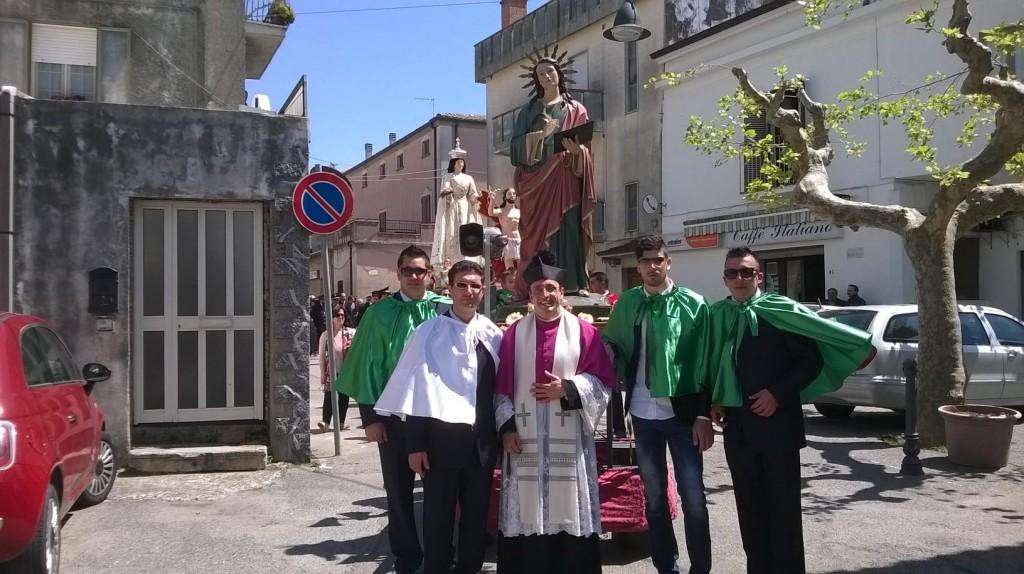 Don Roberto con alcuni giovani
