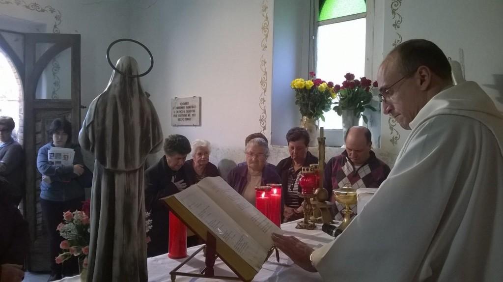 Assorti in preghiera per la Santa dell'impossibile