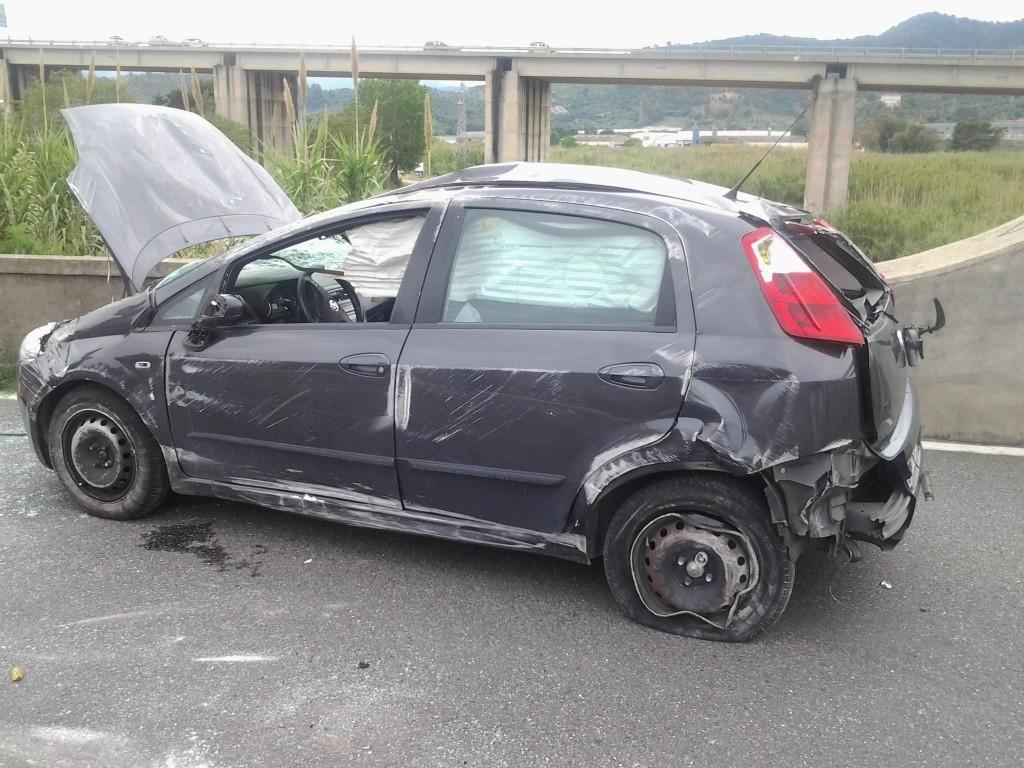 """Un'altra immagine dell'auto che testimonia il suo """"volo"""""""
