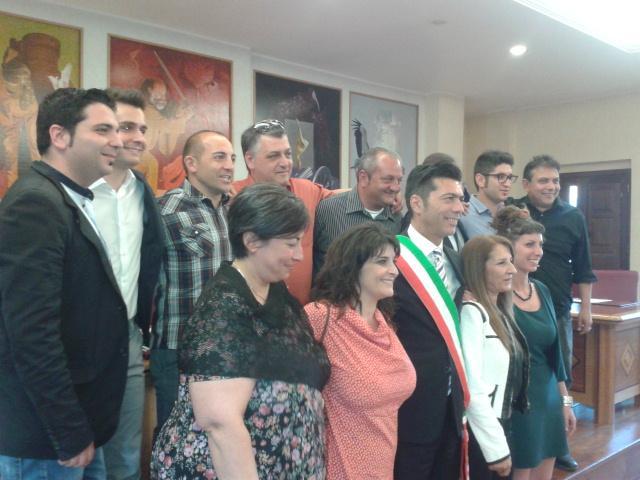 Amaroni, foto di gruppo: maggioranza e opposizione insieme dopo il Consiglio d'insediamento