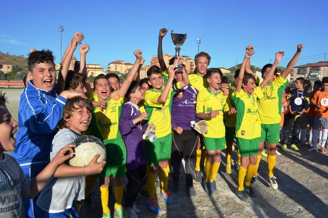 In trionfo: i ragazzi del Real Montepaone dopo la vittoria