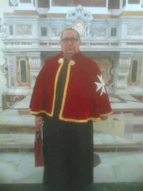 """Devito con addosso la """"mozzetta """"rossa dei cavalieri di Malta ad honorem"""