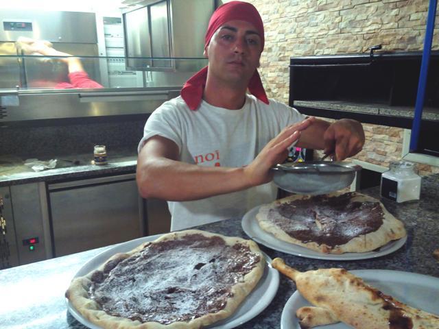 Biagio mentre prepara le sue specialità alla Nutella