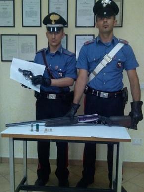 I carabinieri con le armi trovate al pensionato