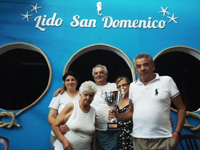 La famiglia Vitale con il premio per la scenografia alla Madonna