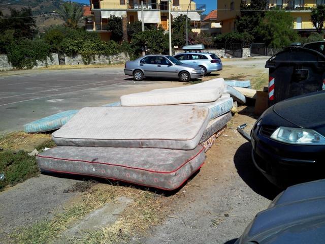 I materassi usati dai nomadi per dormire e al mattino abbandonati in strada