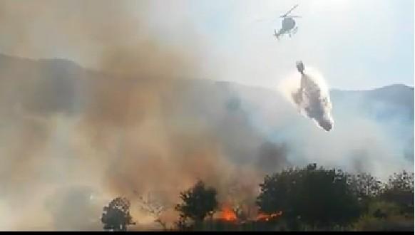 L'elicottero impegnato a spegnere l'incendio