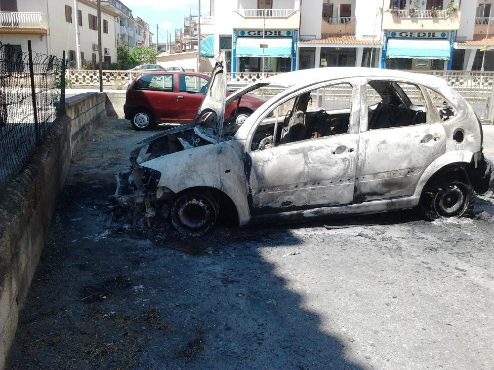 Una delle auto andate a fuoco