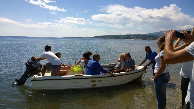 La famiglia Panucci sulla barca con le ceneri di Giuliana