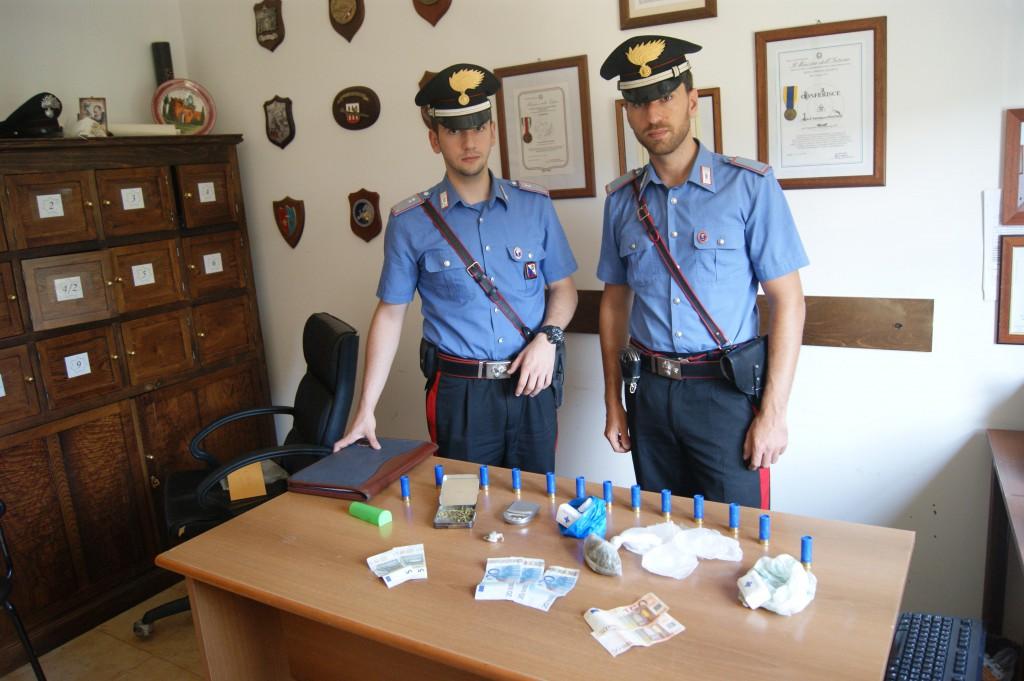 I carabinieri con la merce sottoposta a sequestro