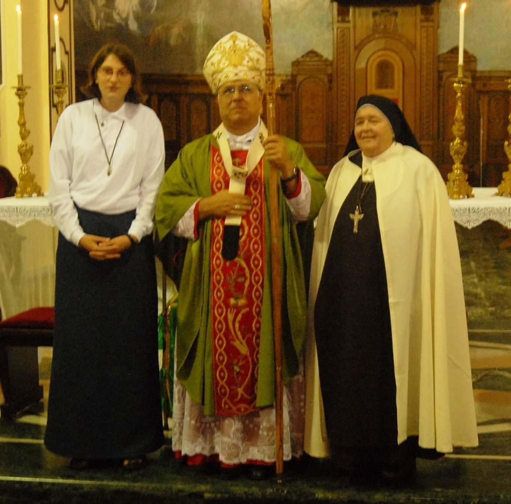 Clara con monsignor Bertolone e la madre superiora