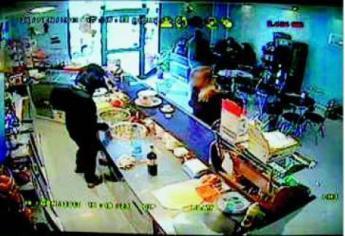 L'interno del bar ripreso dalle telecamere a circuito chiuso prima del duplice delitto