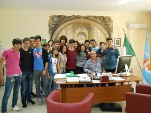 """Gli studenti partecipanti a """"Erasmus"""" con il preside Servello"""