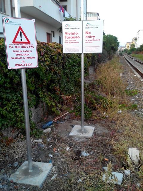 I segnali ferroviari e le erbacce vicino alle case