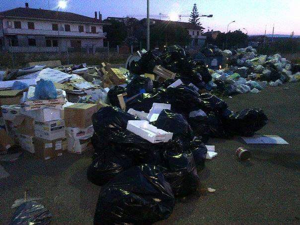 Un accumulo di spazzatura per le vie squillacesi