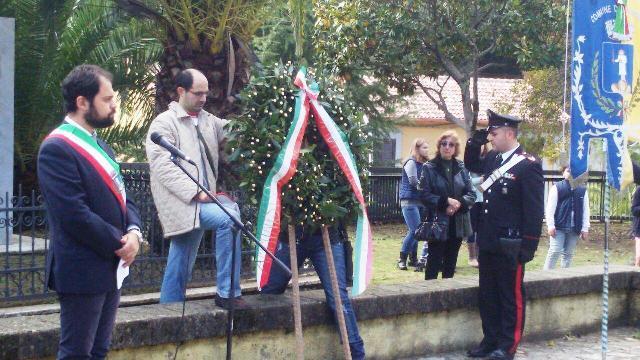 La corona d'alloro viene depositata davanti al monumento ai Caduti