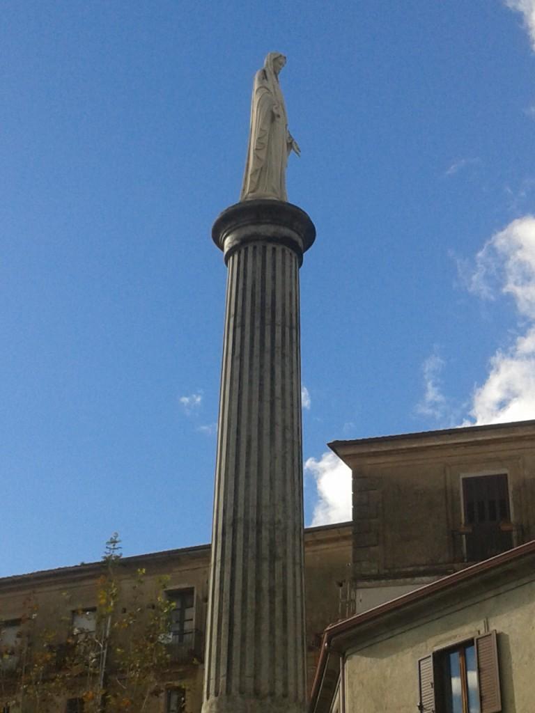 Piazza Duomo: il colonnato con in cima la statua dell'Immacolata