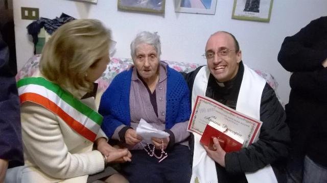"""La """"maistra"""" Annina tra il sindaco Concetta Stanizzi e don Roberto Corapi"""