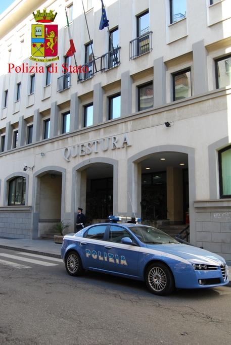 Polizia: una volante davanti all'ingresso della Questura di Reggio Calabria
