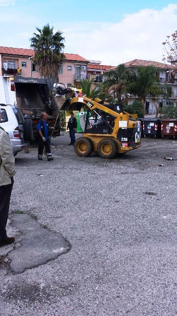 Operai in azione per rimuovere i rifiuti