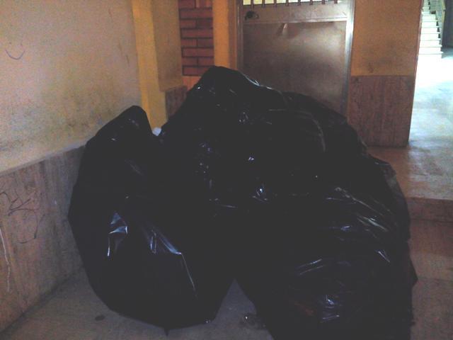 """Gli involucri di spazzatura che il commerciante ha """"consegnato"""" al Comune"""
