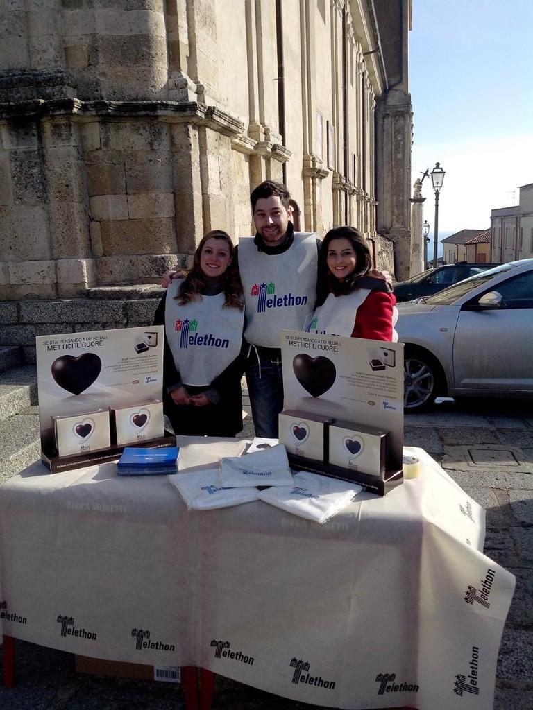 I volontari impegnati nella raccolta fondi per Telethon