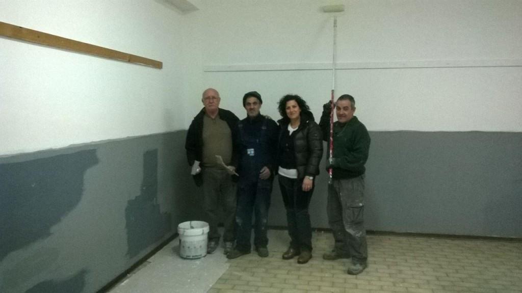 I volontari al lavoro nei locali della scuola