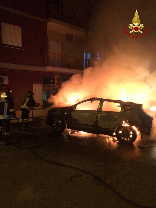 Vigili del fuoco intervengono a Cotronei per l'incendio di tre autovetture