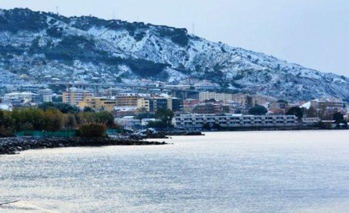 Reggio: le spiagge imbiancate