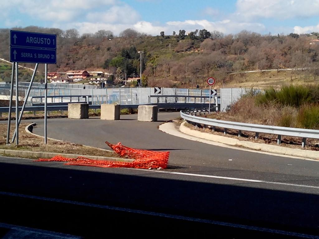 """Pericolo in agguato: Il """"muro"""" in cemento, non segnalato che sbarra un'uscita non aperta al traffico"""