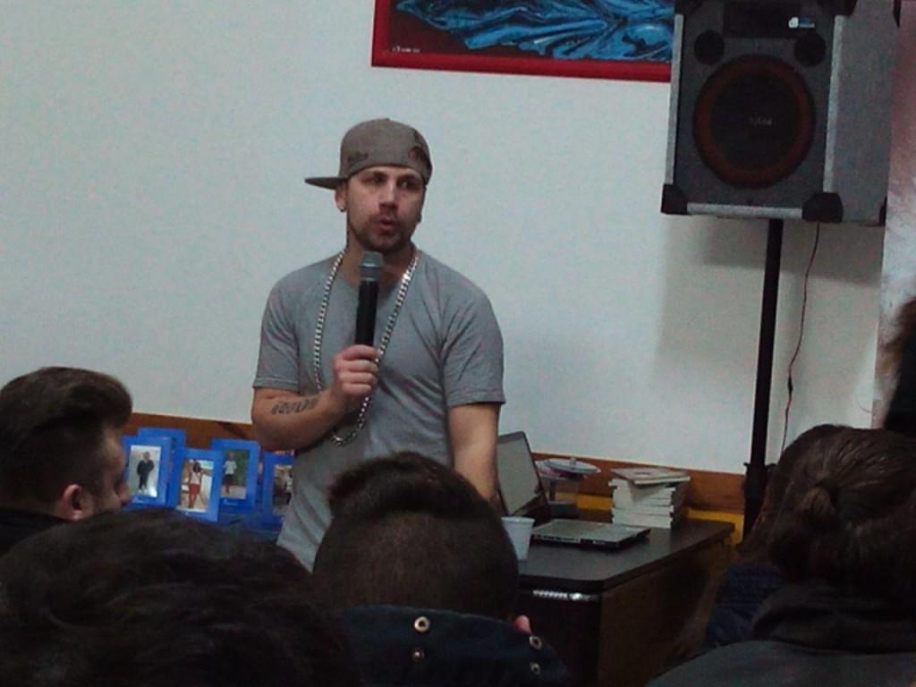 Shoek mentre parla ai giovani della comunità interparrocchiale