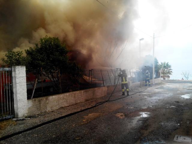 I vigili del fuoco mentre tentano di domare la fiamme