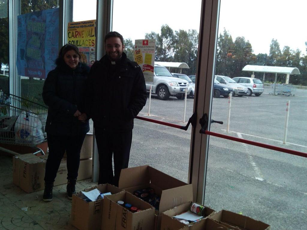 Solidali: una volontaria assieme a don Fabrizio