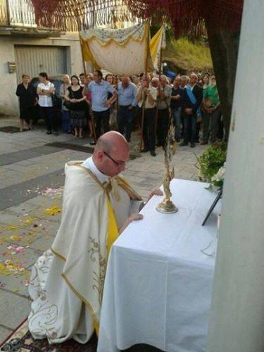 Don Salvatore assorto in preghiera