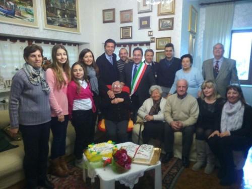 Nonna Peppinuzza circondata dai familiari