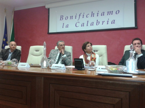 Manno, il secondo da sinistra,  nella recente iniziativa consortile contro il dissesto idrogeologico  e l'ultimazione della Diga Melito