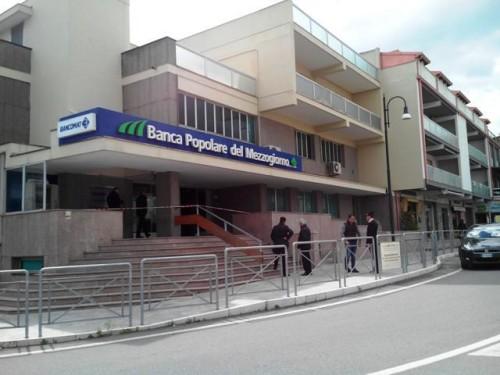 L'esterno della banca presa di mira