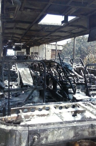 Carcassa distrutta dalle fiamme: ciò che è rimasto dell'autobus