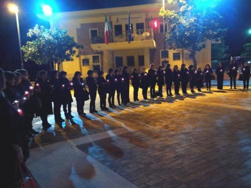 Montepaone, lumini rossi accesi e abiti neri per dire no all'agonia della scuola pubblica