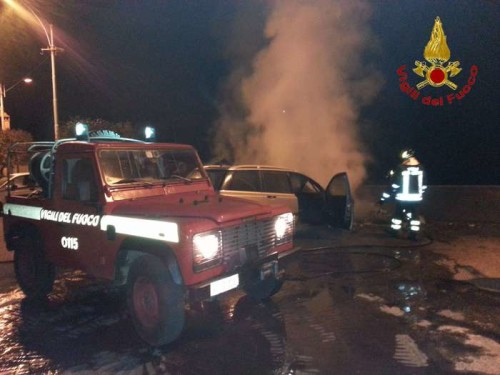 Auto in fiamme a Crotone spenta dai vigili del fuoco