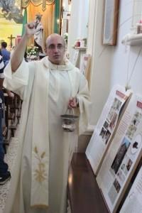 Don Roberto Corapi mentre benedice la mostra