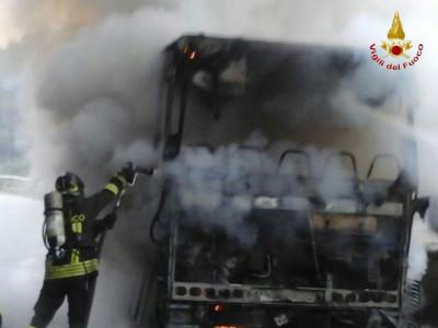 Palmi rc incendio autocarro domato dai vigili del for Piani di cabina della torre di fuoco